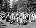 Herdenking strijd Arnhem, Airbornekerkhof, bloemen leggen door kinderen, Bestanddeelnr 906-7266.jpg