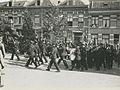 Het muziekcorps van de Arnhemsche Politie Muziekvereeniging begeleidt de drie de – F40439 – KNBLO.jpg
