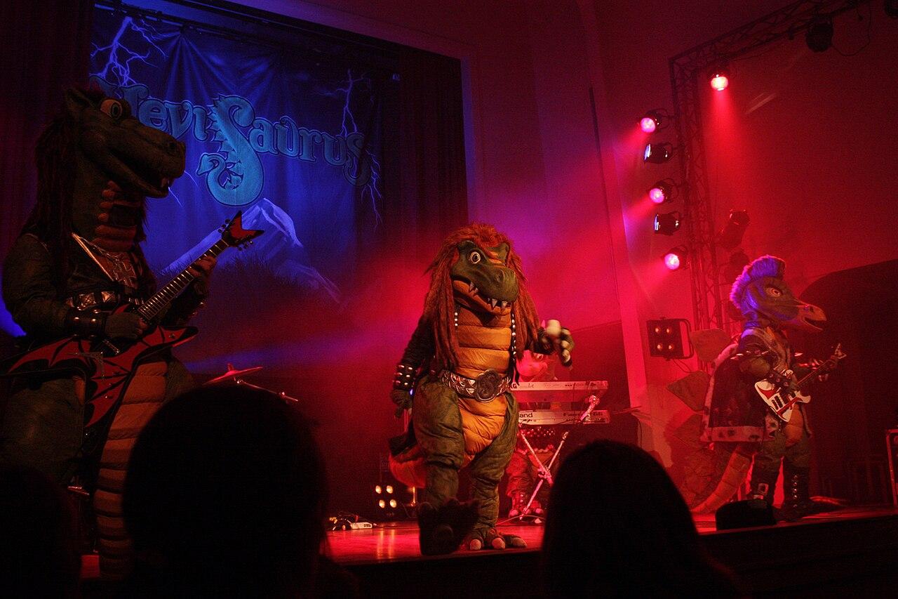 Hevisaurus esiintymässä Salon Kulttuuritalo KIVAssa kesällä 2010.