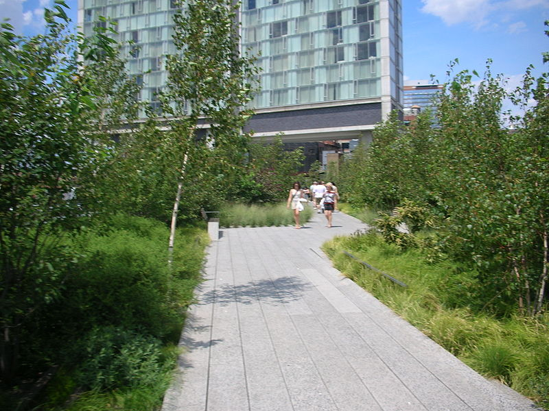 File:High Line and Standard Hotel in Meatpacking District.jpg