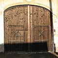 Jedomělice, dřevěná vrata s kříži.JPG