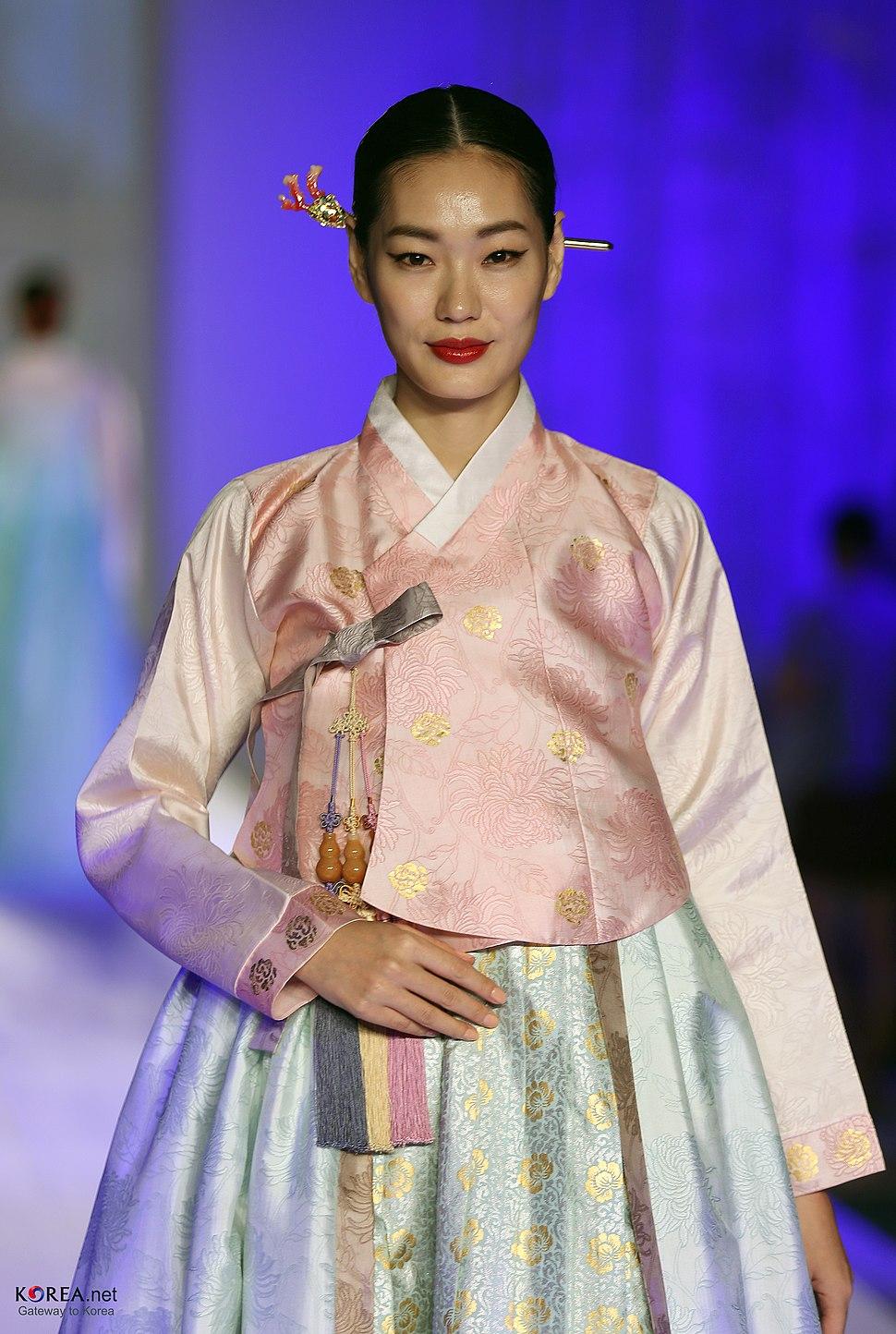 KOCIS Korea Hanbok-AoDai FashionShow 43 (9766406474)