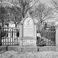 Kerkhof, overzicht grafmonument voor familie Van Houwinge - Werkendam - 20347098 - RCE.jpg