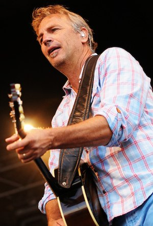 English: Kevin Costner playing at the Cisco Ot...