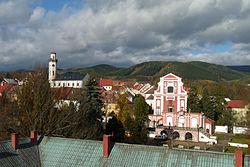 Klášterec nad Ohří, ze zámku, radnice+Kostel Nejsvětější Trojice+Sala Terrena 01.jpg