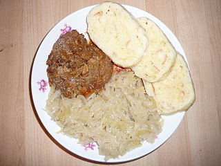 Pečené bravčové mäso s kapustou a knedlíkom
