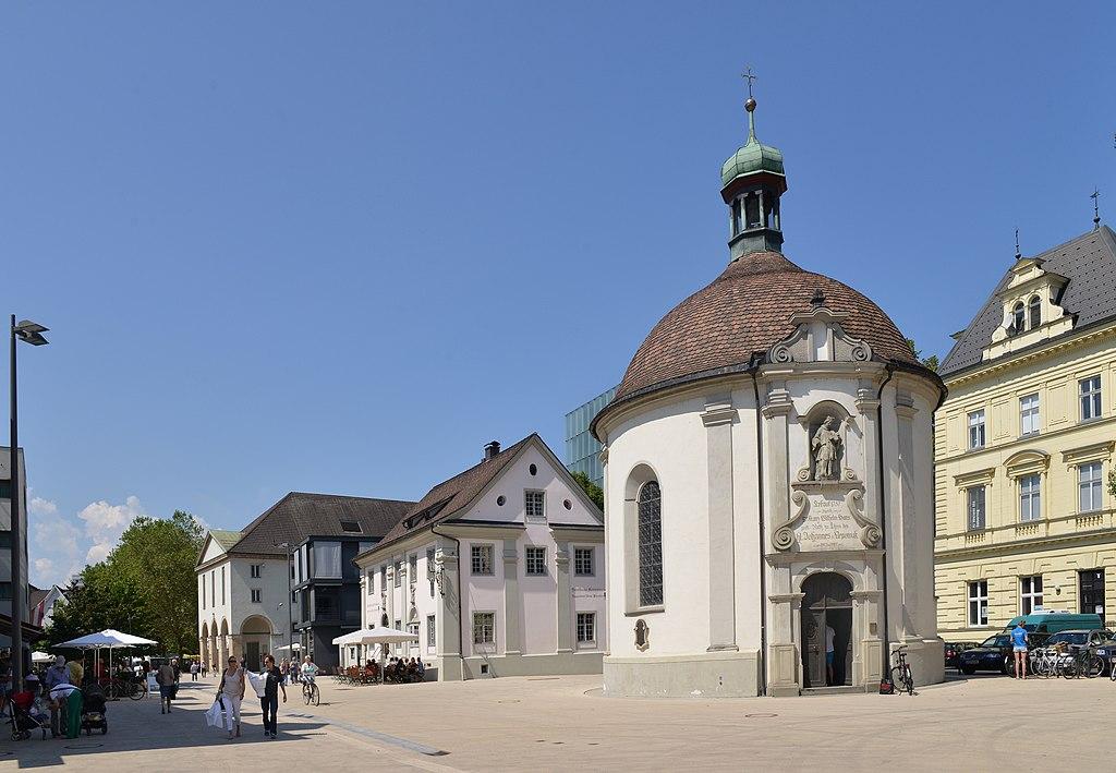 Kornmarktstraße 1,5 & Nepomukkapelle in Bregenz.JPG