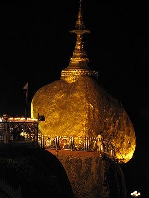 Kyaiktiyo Pagoda - Image: Kyaikhtiyo at night