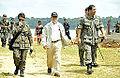 Ladeado pela tenente Márcia e pelo coronel Vandeilson, ministro Amorim segue para o platô onde assistiu aos treinos da Operação Amazônia 2012 (8030656630).jpg