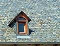 Lapleau Lucarne à deux pans sur toit de lauzes 20070715.jpg