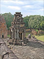 Le 4ème étage du Bakong, temple-montagne (Angkor) (6962838579).jpg