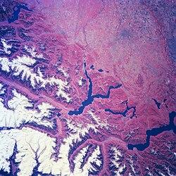 Lombardia nord-occidentale vista dal satellite. Partendo da sinistra si vedono: il Lago Maggiore, il Lago di Lugano, il Lago di Como e quello d'Iseo in basso a destra. In basso a sinistra si nota l'area metropolitana di Milano