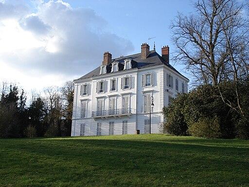 Mairie de Boussy-Saint-Antoine vu depuis le parc