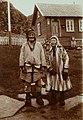 Mann og kvinne i samisk drakt, Laksefjord - Norsk folkemuseum - NF.13322-040.jpg