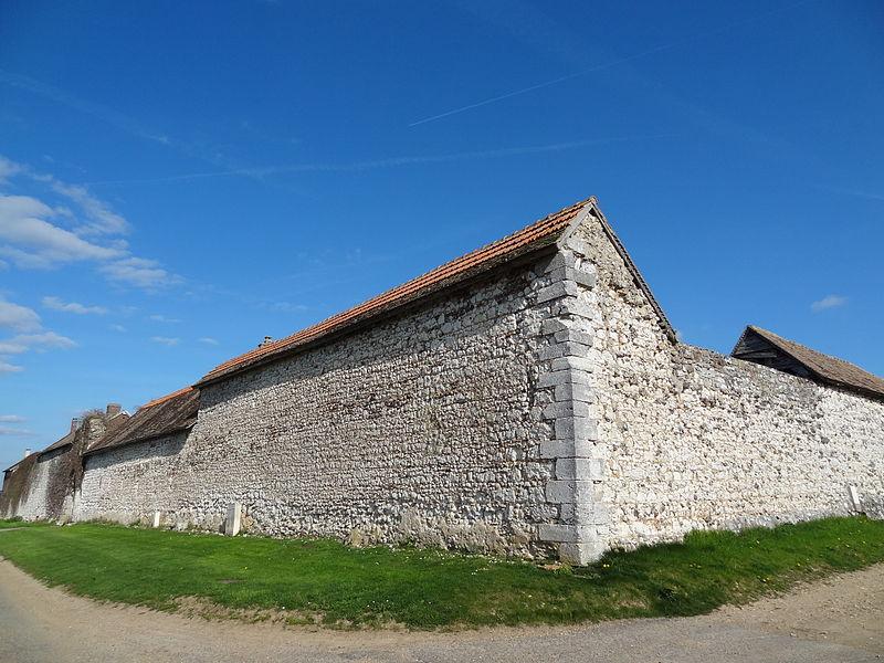 Manoir appartenant au domaine de l'abbaye de Jumièges. Vue de l'extérieur.