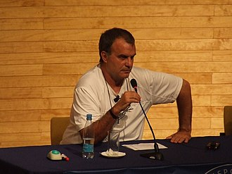 Marcelo Bielsa - Bielsa at a press conference in 2009