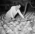 Melkfabriek man vult de melkbussen, Bestanddeelnr 252-9445.jpg