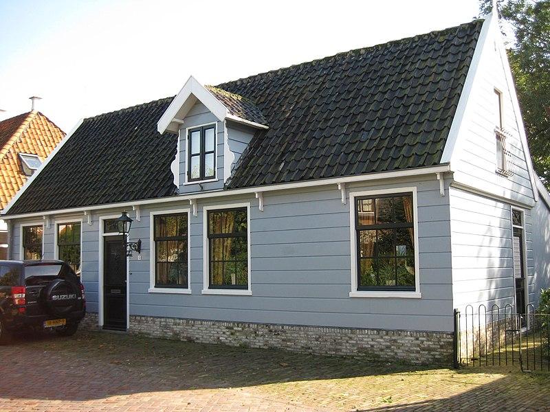 Houten huis met zadeldak en dakkapel aan de straat in broek in waterland monument - Houten huis ...