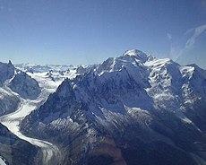 Sui versanti del Monte Bianco si contano 30 ghiacciai, i più vasti dei quali scendono sul lato francese.