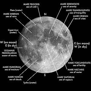 Månens forside med vigtige marer og kratere angivet.