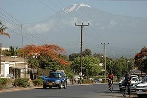 Moshi mit Kilimandscharo im Hintergrund