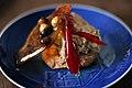 Nøddemarengs, jordnøddeis, nougatine og syltet chili (9018126492).jpg