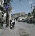 Nazareth Straat met geparkeerde auto's op de voorgrond een schoenenpoetser aan, Bestanddeelnr 255-9273.jpg