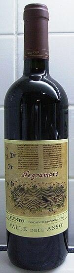 Butelka wina ze szczepu negroamaro (zwraca uwagę oboczna forma negramaro)