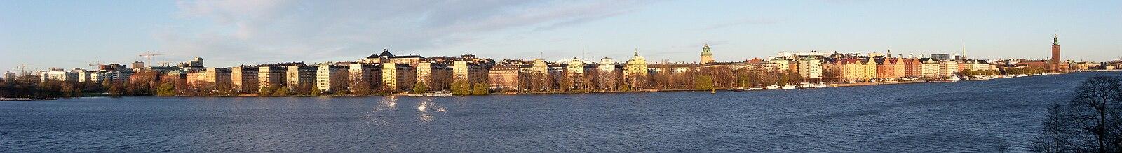 Panorama over Kungsholmen og Nord Mälarstrand fra Langholmen over Ridderfærden i november.   I billedcentrum ses tårnet af Stockholms rådhus og længst til højre Stockholms Stadshus.