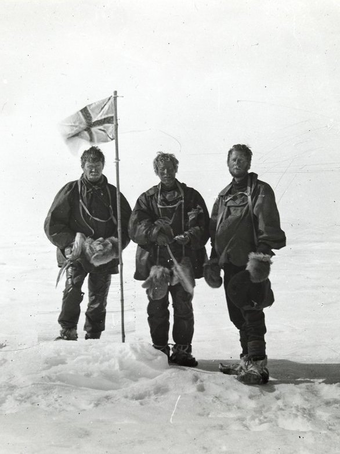 (l. to r.) Mackay, Edgeworth David, and Mawson at the Southern Magnetic Pole, 17 January 1909 Northernparty.png