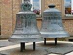 Oftersheim Glocken auf dem Brunnen vor dem Rathaus.JPG