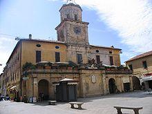 Il Palazzo del Podestà nella centrale Piazza Eroe dei due Mondi
