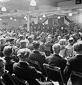 Overzicht van een zaal met zittende mensen op klapstoelen, op de achtergrond rec, Bestanddeelnr 255-8559.jpg
