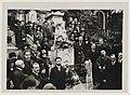 Pèlerinage sur la tombe de Chopin au Père-Lachaise vers 1920 01.jpg