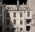 P1250993 Paris IV quai Anjou hotel de Lauzun cours bw rwk.jpg
