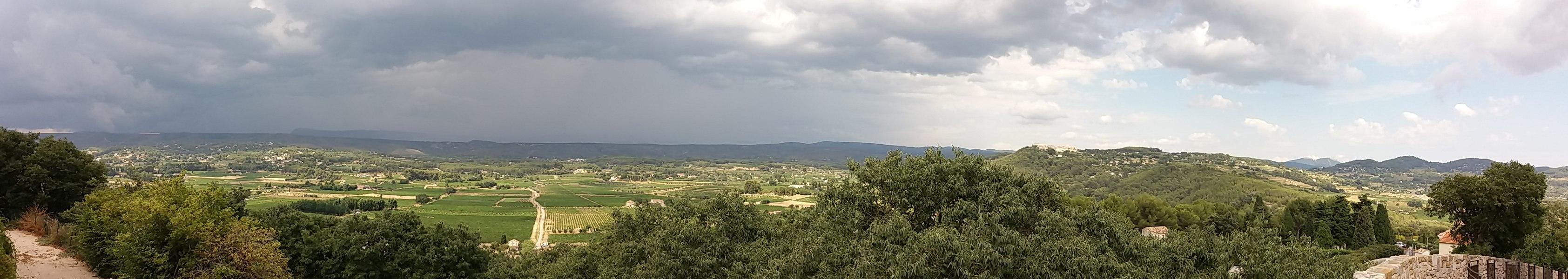 Panorama depuis La Cadière d'Azur - avec la Sainte-Baume sous la pluie et Le Castellet au soleil.
