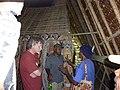 Papua-Neuguinea, Ost-Sepikgebiet, Maprik Distrikt, in einem Haus Tambaran, Ingo Kühl, Tomulopa Deko und indigene Männer (von links nach rechts), 2012.jpg