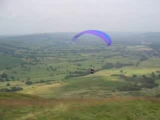 Archivo:Paraglider launch Mam Tor.ogv