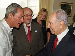 Paul Auster - Auster greeting Israeli President Shimon Peres with Salman Rushdie and Caro Llewellyn in 2008
