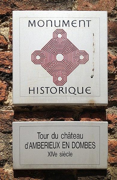 Plaque MH apposée sur une tour du château d'Ambérieux-en-Dombes.