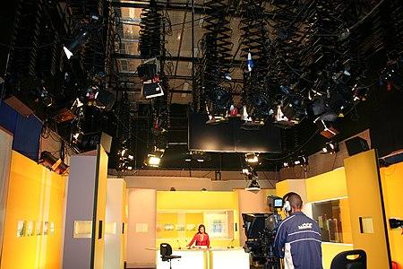 Les projecteurs assurant l'éclairage d'un plateau de Télé Réunion.