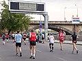 Pražský maraton, tabule a běžci.jpg