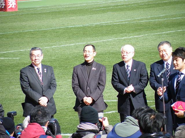第50回日本ラグビーフットボール選手権大会の式典に参加する山中教授と野依良治教授 Wikipediaより