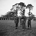 Prins Bernhard geeft zijn mening over het manoevreen van de troepen, Bestanddeelnr 255-8032.jpg