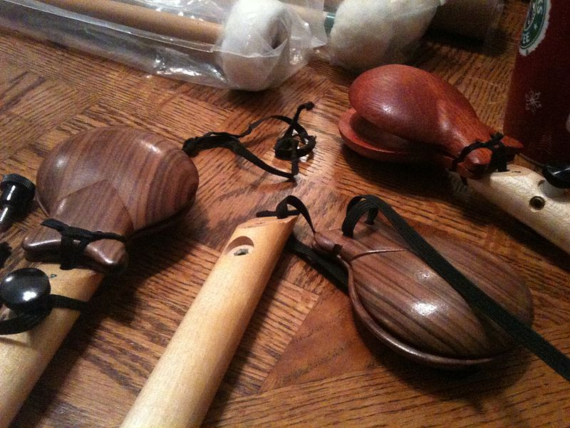 File:Re-stringing Castanets.jpg