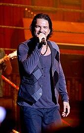 Ricardo Arjona, performing.