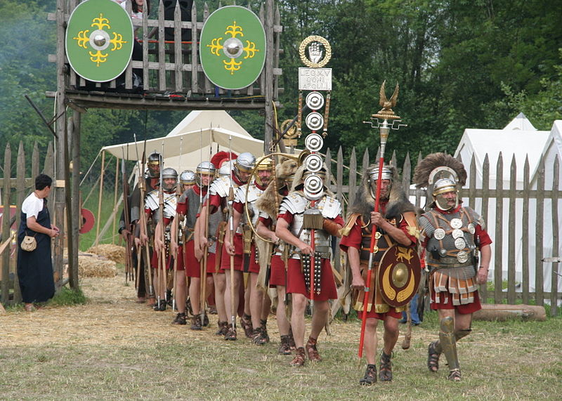 File:Roman soldiers with aquilifer signifer centurio 70 aC.jpg