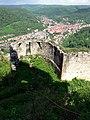 Ruine Hohen Urach; Reste des nord-östlichen Ringmauerturms oberhalb der zweiten Torwache; im Hintergrund Bad Urach (7575084418).jpg