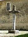 Saint-Pierre de Thaims - Kirchhofskreuz.jpg