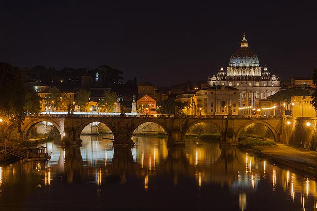 Le Pont Saint-Ange, la Basilique Saint-Pierre, le Tibre, depuis le pont Umberto I, Rome, Italie. Photo de Jébulon